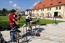 Na nádvoří Domova sv. Josefa v Žirči se rozezněly tóny skupiny RM@RM v podání Radka Maliny a Radomíra Matysky pro potěšení a rozdávání naděje vozíčkářům.