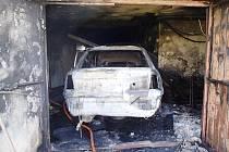 Při požáru garáže se popálil muž. Uvnitř opravoval auto