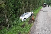 Havárie vozu mezi Hostinným a Slemenem.