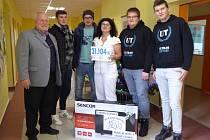 Hokejoví fanoušci předali peněžní sbírku Oblastní nemocnici v Trutnově.