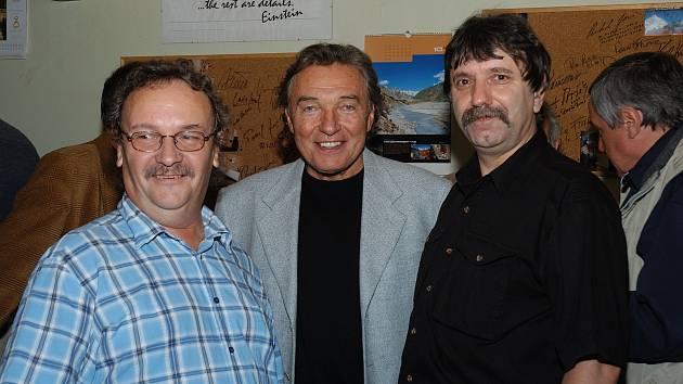 Karel Gott a kameramani Jiří Říha a Josef Provazník 12. října 2006 v Úpici.