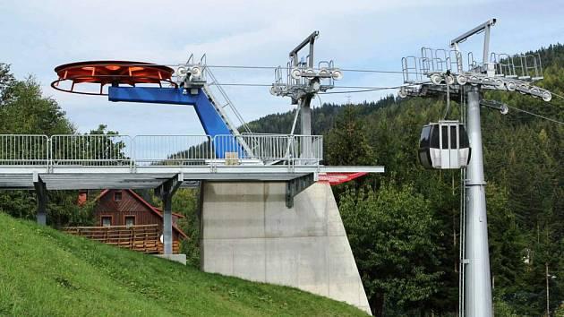 KABINKOVÁ LANOVKA ze záchytného parkoviště do areálu Bubákov je dlouhá 172 metry a překonává převýšení 27 metrů. Sloužit bude od nastávající sezóny.
