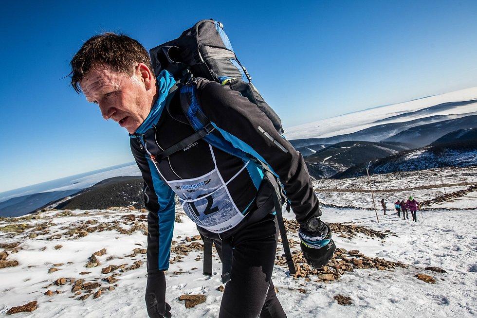 Horští nosiči při zimní verzi závodu Sněžka Sherpa Cup vynesli zásoby vod a kofol od lanovky z Pece na Sněžku na Českou Poštovnu.