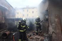 V Úpici hořely kůlny, hasiči čerpali vodu z nedaleké řeky.