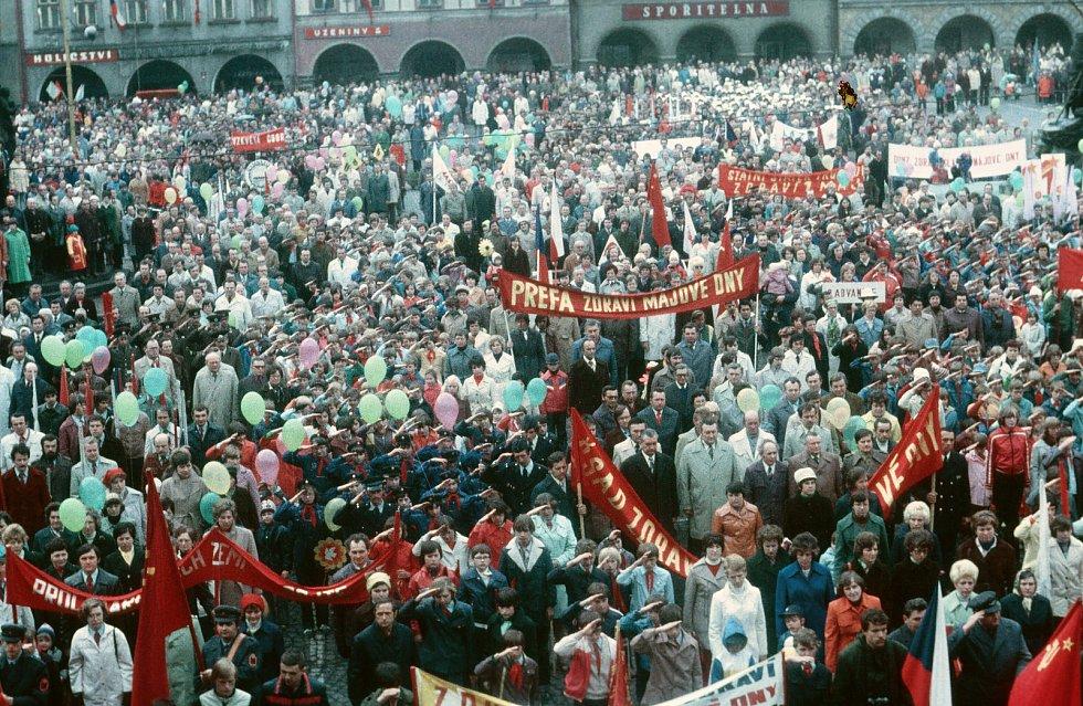 Už téměř zapomenuté oslavy 1. máje na trutnovském náměstí. Snímek je z 80. let.