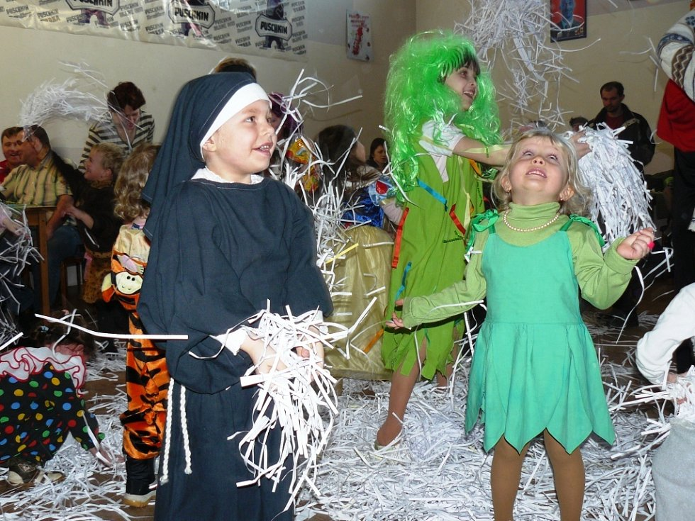 ARNULTOVICKÝ KULTURNÍ DŮM se o víkendu stal dějištěm tradičního dětského karnevalu, který pro malé zájemce uspořádal místní hasičský sbor