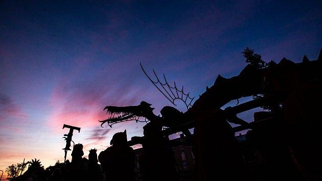 Vyvěšení draka v Trutnově