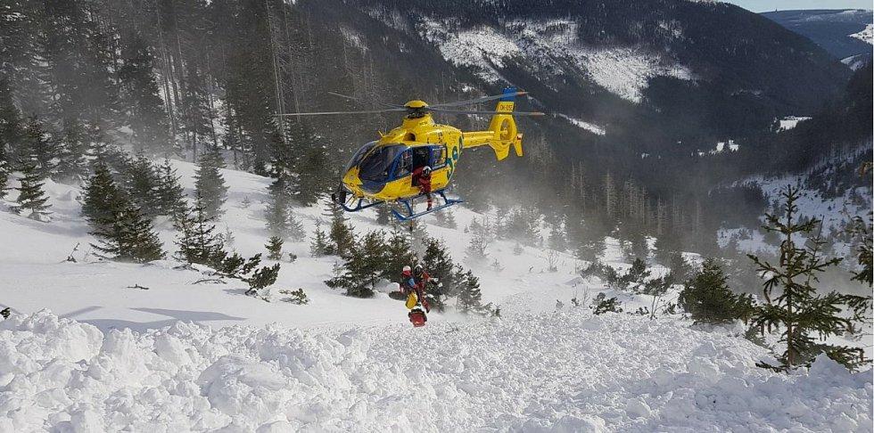 Přílet vrtulníku do Obřího dolu a vysazování lékařské posádky poblíž vyproštěného mladšího skialpinisty.