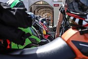 Krkonošské otvírání šoupátek na náměstí v Hostinném.