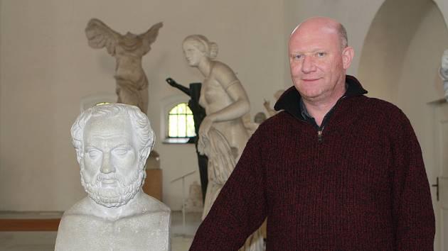Galerie antického umění v Hostinném s osmi desítkami soch, které patří Univerzitě Karlově v Praze, bude od pondělí dva roky zavřená.