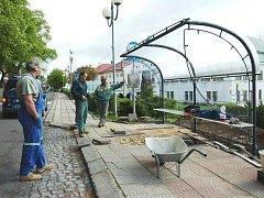 CESTUJÍCÍ ODJÍŽDĚJÍCÍ ze žacléřského Rýchorského náměstí mohou nyní za nepříznivého počasí využívat novou autobusovou zastávku.