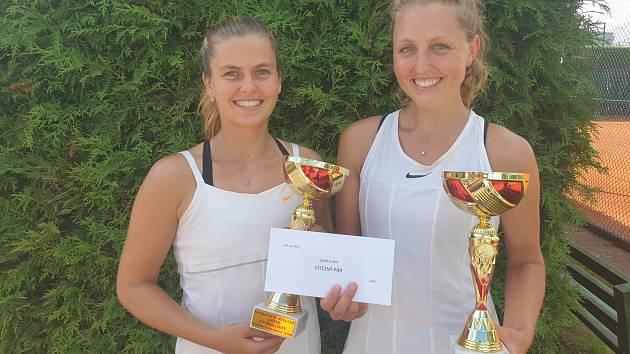 Výhru v ženské čtyřhře slavila domácí Gabriela Knutsonová (vpravo) s Petrou Melounovou.