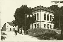 Pražský architekt a galerista Jiří Kučera vrací podobu domu v Rudníku, z něhož byla za socialismu škola, ubytovna pro zemědělce, jídelna, dílny, byty, kanceláře. Původně to byl hostinec se sálem pro plesy a divadelní představení s noblesními okny s půlkru