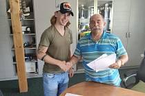 Majitel HC Rodos Vasil Teodoridis krátce po podepsání smlouvy s útočníkem Davidem Hrazdirou.