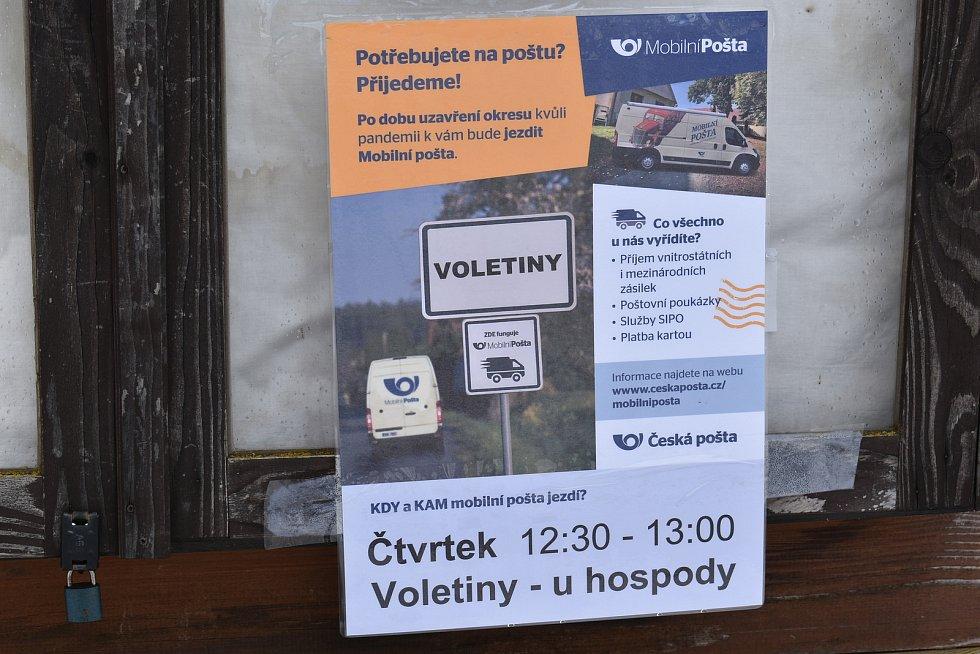Do patnácti obcí na uzavřeném Trutnovsku začala jezdit tento týden Mobilní pošta. Ve čtvrtek se objevila ve Voletinách.