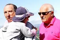 RODINNÁ IDYLA. Bývalý český prezident Václav Klaus se objevil na Sněžce se synem Václavem i vnoučaty.