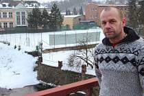 """TENISOVÝ AREÁL před úpickým gymnáziem má klub v pronájmu. """"Pokud by město postavilo vlastní kurty, dalo by to klubu velké možnosti,"""" říká předseda oddílu Michal Štrof."""
