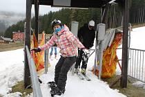 Poslední lyžování o víkendu kazilo uplakané počasí