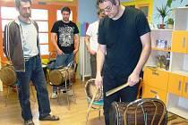 AFRICKÉ BUBNOVÁNÍ přilákalo do Lomnice nad Popelkou dvacet mladých lidí. Učili se pohybové hry, zdokonalovali rytmus a osvojili si další bubnové dovednosti od lektora Davida Oplatka.