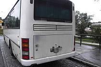 Při couvání narazil autobus do zábradlí