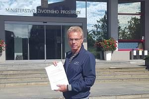 Lékař Petr Martinov předal na ministerstvu životního prostředí petici proti zonaci Krkonošského národního parku.