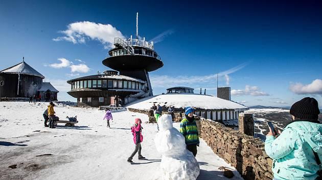 Kvůli reálnému riziku rozlomení části střechy meteostanice rozhodl ředitel polského Krkonošského národního parku uzavřít všechny výstupové cesty na Sněžku z polské strany.