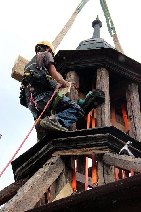 Tesaři shodili věž z havlovické zvonice.
