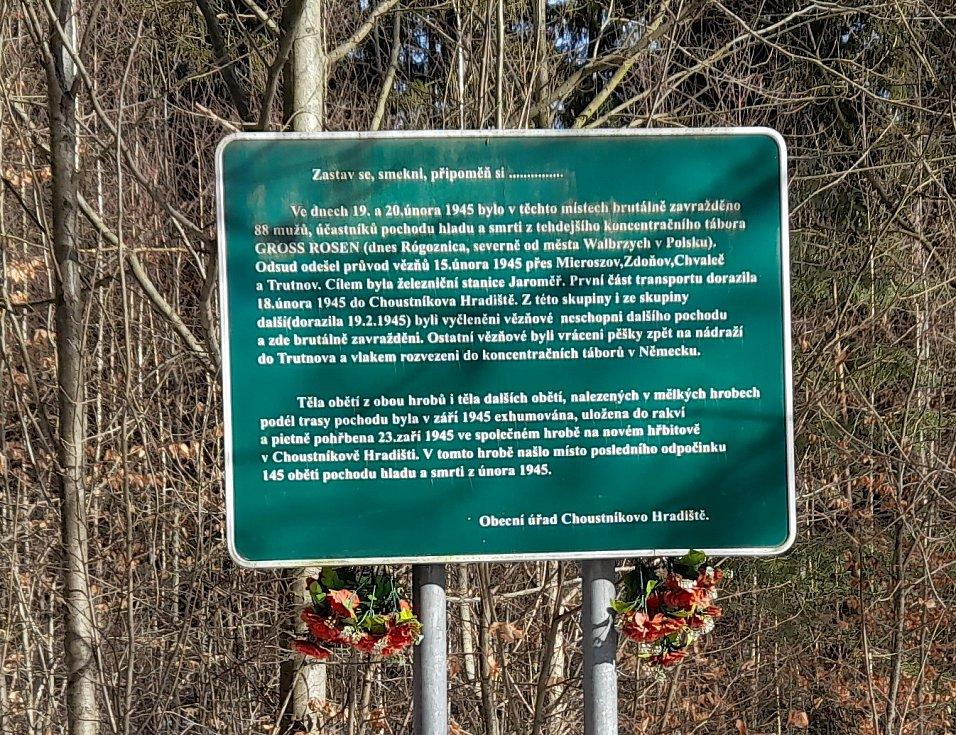 Infotabule vpravo od silnice do Kocbeří, místo 2 hrobů s98 obětmi.