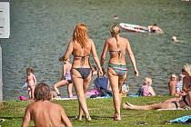 Navzdory opakovanému výskytu sinic v přírodní vodní ploše jezdí na trutnovské Dolce řada návštěvníků.