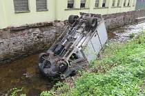 Bouračka skončila pádem auta do koryta potoku