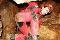 BOZKOVSKÉ PODZEMNÍ KRÁLOVSTVÍ. Speleologové zkoumali při včerejší exkurzi zákoutí Bozkovských dolomitových jeskyní. Kapacitu obsadili při republikovém setkání maximálně.