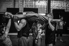 Gravity & Other Myths (Austrálie). Na Cirk-Uff přijedou s představením Backbone (páteř)