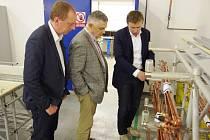 CÍLEM NÁVŠTĚVY velvyslance byla i  firma MZ Liberec v Rudníku, kde si s doprovodem prohlédl provoz.