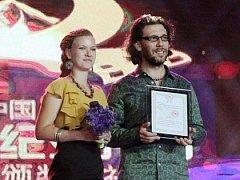 JAN SVATOŠ a Romi Straková přebírají cenu Special Jury Award Jade Kunlun za film divoČINY.