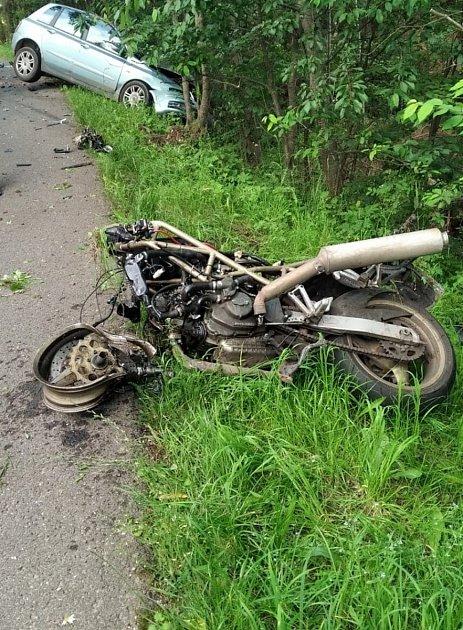 Při tragické nehodě uHorní Branné zemřel muž na motorce.