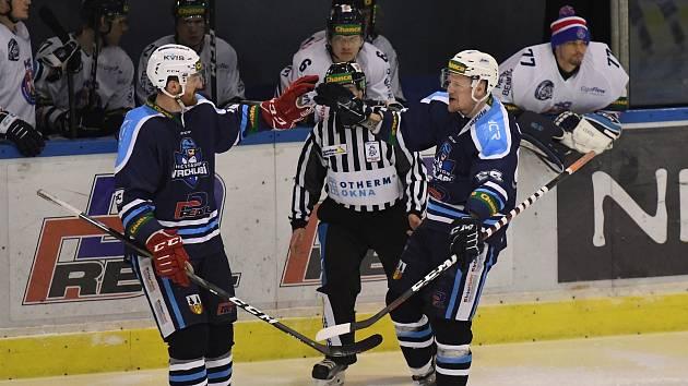 Vyrovnáno! Pavel Mrňa (vpravo) před chvilkou překonal gólmana Krále a o radost se hned podělil s Ondřejem Válou.