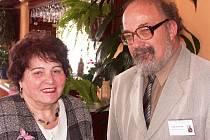 IVO NAVRÁTIL, zástupce Pekařovy společnosti, ředitel Státního okresního archivu v Semilech, s Helenou Kohoutovou z Prahy.