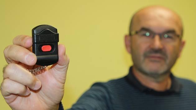 Pomoc proti agresorům. Specialisté z trutnovské firmy ADC CZ instalují v tomto týdnu v nemocnici kódovaný systém přivolání rychlé pomoci. Leoš Rada ukazuje tísňové tlačítko, které přivolá hlídku strážníků.