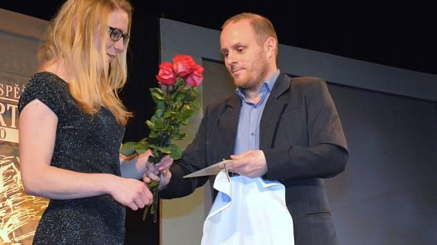 Loňskou Hvězdou Krkonošského deníku se stala Šárka Jiroušová, cenu jí předával sportovní redaktor Tomáš Otradovský.
