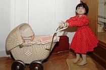 KOČÁRKY, doplněné panenkami, dětským oblečením a hračkami, jsou ve vrchlabském Krkonošském muzeu k vidění až do 4. května. Pocházejí ze sbírky Věry Čížkové.