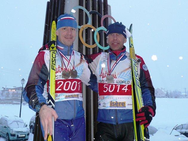 Stříbrný vrchlabský lyžař Josef Vejnar (vpravo) a dvakrát bronzový šumperský závodník Pavel Petr.