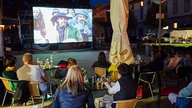 KULTOVNÍ komedií Tajemství hradu v Karpatech zahájilo Uffo promítání na zahrádce před kavárnou Caffé Uffo.