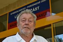 Gynekolog a porodník Pavel Růžička působí celou profesní dráhu, 50 let, v Trutnově. Tam se narodil a studoval gymnázium.