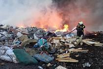 Požár skládky v Košťálově.