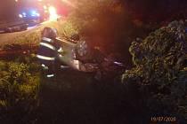 Při dopravní nehodě v Choustníkově Hradišti skončilo auto na střeše.