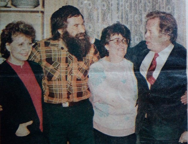 Dobový snímek zalba manželů Pechanových. SVáclavem havlem (vpravo) knim přišla na návštěvu gymnastka Věra Čáslavská (vlevo).