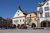V historickém domě čp. 2 na náměstí ve Dvoře Králové nad Labem probíhají přípravné práce před chystanou rekonstrukcí střechy.