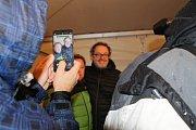 Herci Václav Kopta a Josef Polášek při promítání filmové pohádky Čertí brko v lyžařském areálu Svatý Petr ve Špindlerově Mlýně přímo pod sjezdovkou.