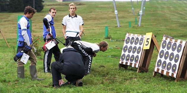 STŘÍLELI NA JAVORU. Mistrovství České republiky vterénní lukostřelbě přivedlo závodníky na zajímavá místa.