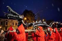 Dračí slavnosti se měly konat v Trutnově tento týden. Patří k nim vždy rituál s večerním průvodem a vyzdvihnutím draka na věž Staré radnice.